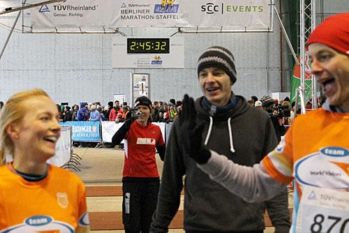 Läuferinnen und Läufer freuen sich im Ziel