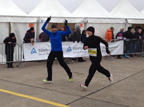 Läufer klatscht nebenher laufend für Schlussläuferin