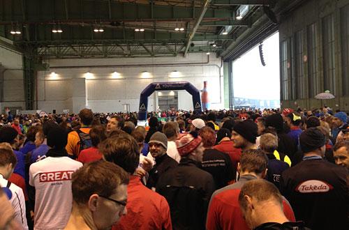 Läufer vor dem Start im Hangar 5