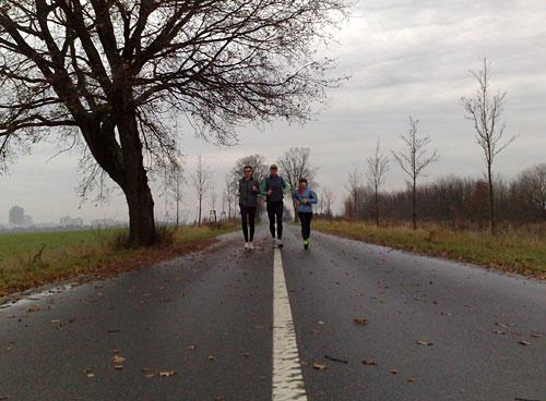 Läufer auf stillgelegter Bundestraße
