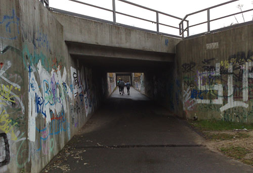 Läufer unter der Bahnunterführung