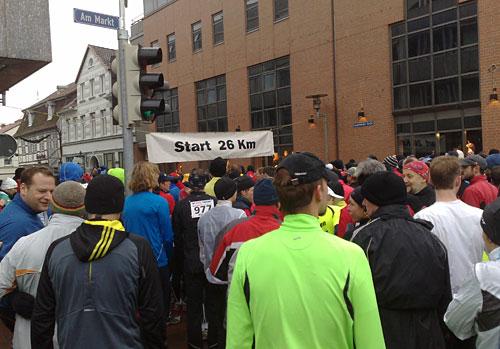 Läuferinnen und Läufer vor dem Startbanner zum 26-km-Lauf