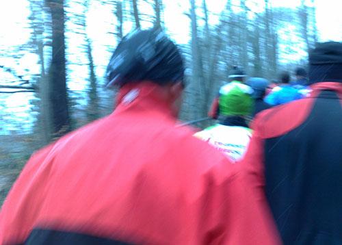 Dicht an dicht laufende Läufer auf einem schmalen Weg
