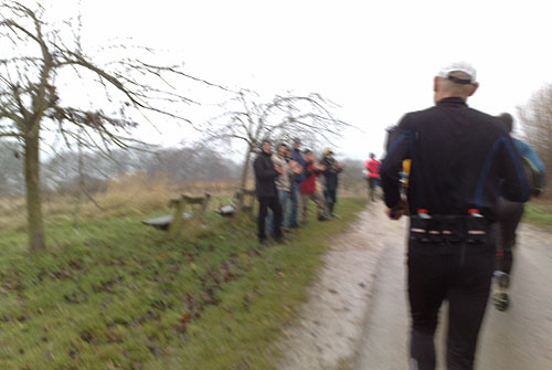 Vereinzelte Zuschauer am Streckenrand beim Lauf um den Ratzeburger See