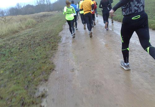 Läuferinnen und Läufer auf Matschweg
