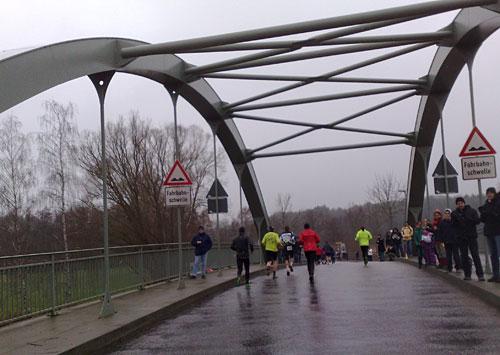 Läufer auf einer Brücke am Ratzeburger See