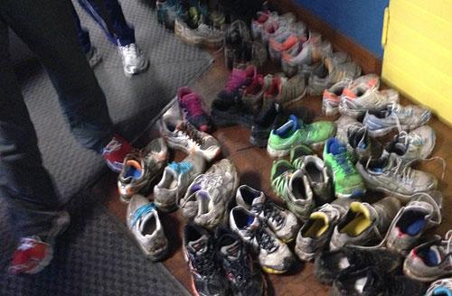 Viele, viele ausgezogene Laufschuhe
