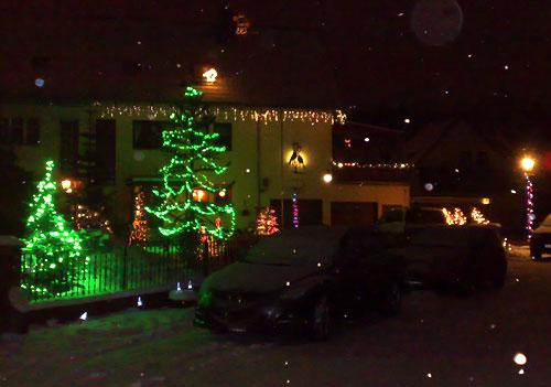 Mit vielen leuchtenden Weihnachts-Lichterketten dekoriertes Haus