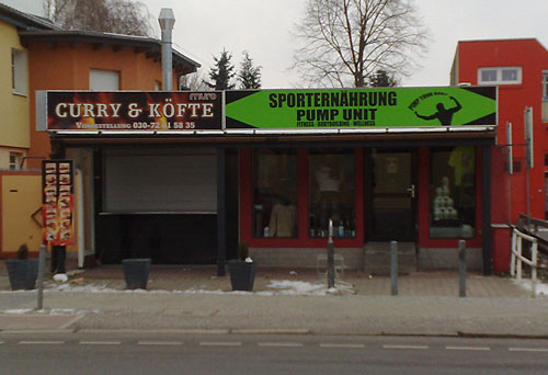 Curry-Köfte-Laden direkt neben Laden mit Sporternährung