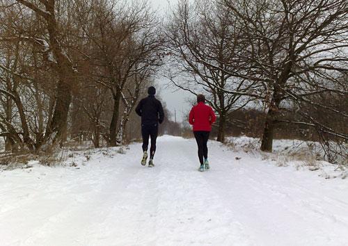 Läufer auf verschneitem Weg kurz vor Friederikenhof