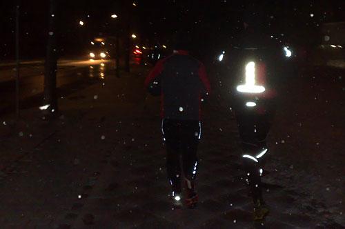 Läufer an dunkler Straße