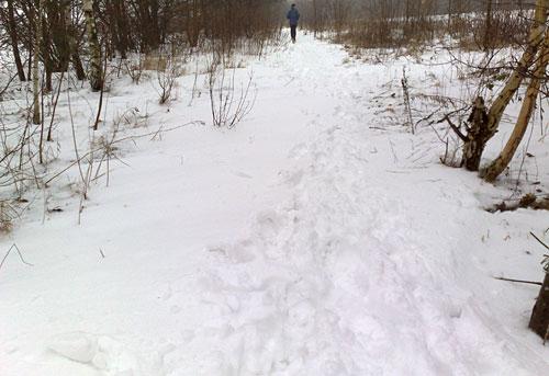 Läufer-Fußspuren im Schnee