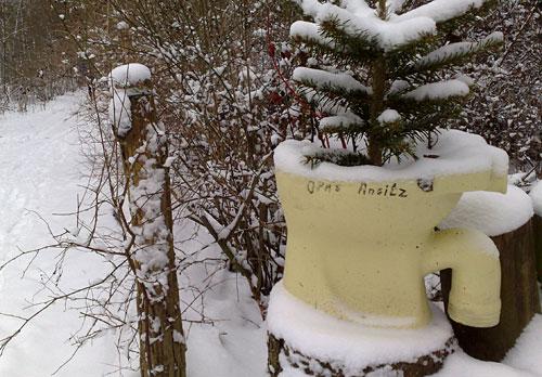 Toilettenschüssel im Schnee