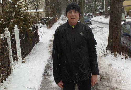 Vom Schneetreiben durchnässter Läufer