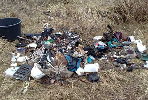 Wild abgeladener Müll am Feldrand