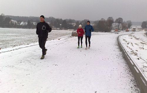 Läufer auf der noch nicht fertig gestellten Brücke bei Mahlow