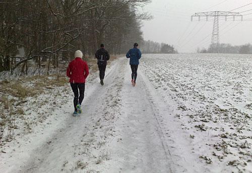 Läufer auf Weg entlang der Bahnstrecke