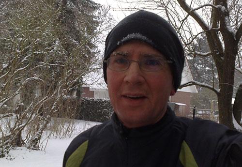 Läufer mit vereisten Augenbrauen und Mütze
