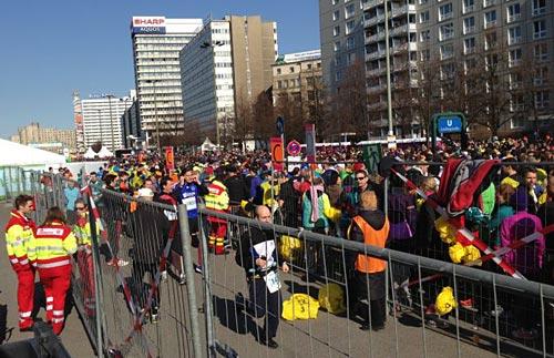 Berliner Halbmarathon 2013: Helfer und Läufer im Zielbereich