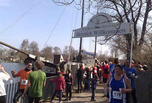 Läufer erholen sich nach dem Köpenicker Altstadtlauf in der freiheit fünfzehn