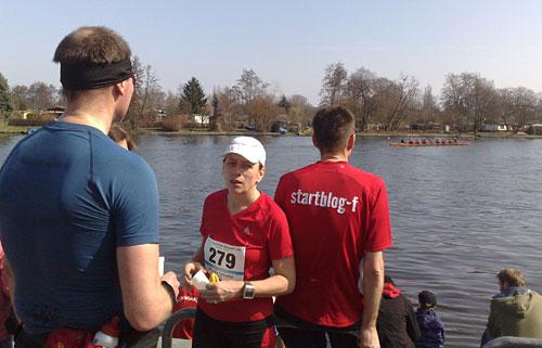 Entspannung am Wasser nach dem 10-km-Wettkampf in Köpenick