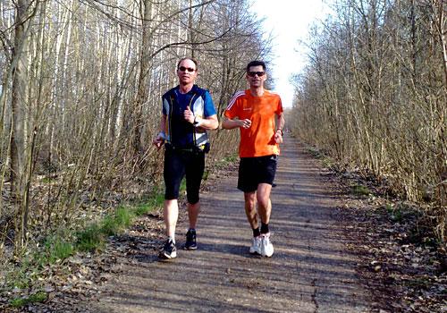 Läufer mit Sonnenbrillen auf dem Mauerweg