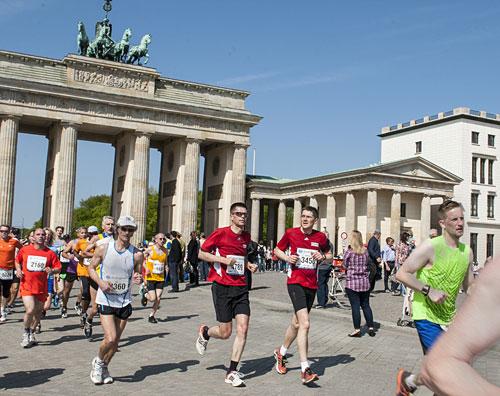 Die beiden startblog-f-Läufer laufen durch das Brandenburger Tor
