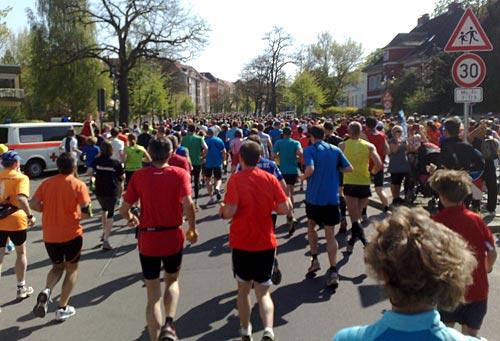 Läufer auf dem ersten Kilometer des 25-Kilometer-Laufs
