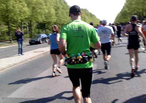 Läufer mit prall gefülltem Getränkegurt