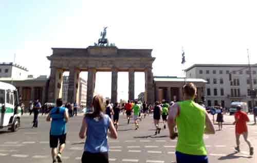 Die 25-km-Läufer nähern sich dem Brandenburger Tor