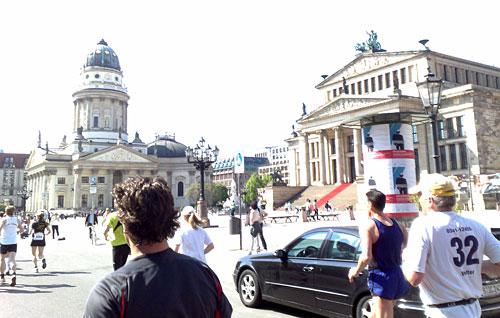 Das Läuferfeld des Big25 hat den Gendarmenmarkt erreicht