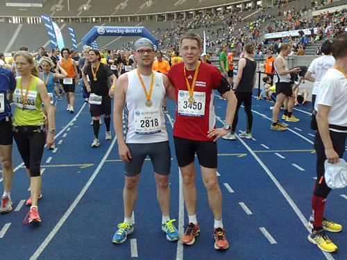 Läufer mit Medaillen des Big25 Berlin