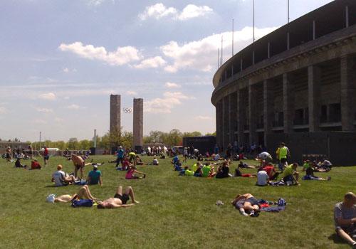 Entspannung nach dem 25-Kilometer-Lauf auf der Wiese neben dem Olympiastadion