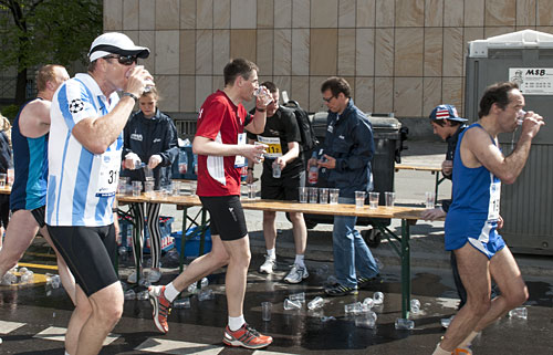 Läufer-Stop am Getränkestand