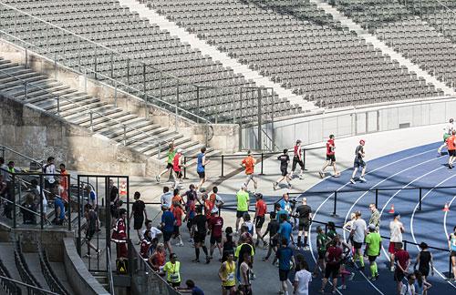 Der zweite startblog-f-Läufer kommt aus den Katakomben hinaus auf die blaue Bahn des Berliner Olympiastadions