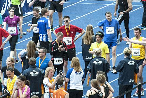 Glücklicher Läufer mit Medaille im Olympiastadion