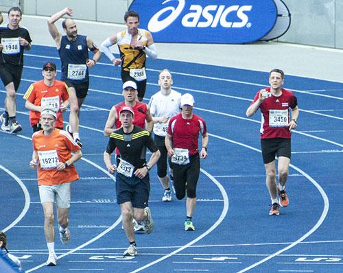 Läufer fotografiert beim Zieleinlauf des Big25 Berlin 2013
