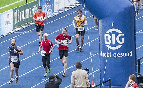 startblog-f-Läufer beim Zieleinlauf im Olympiastadion