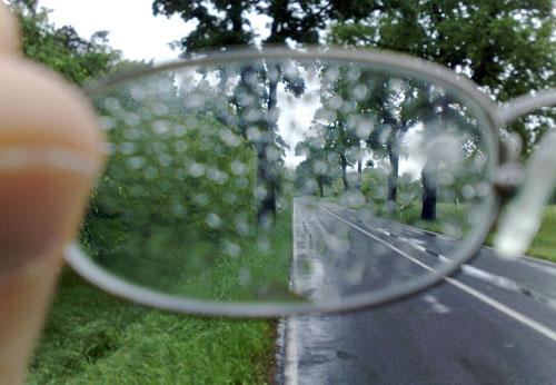 Blick durch die regennasse Läufer-Brille