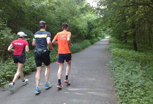 Läuferin und Läufer auf dem Berliner Mauerweg