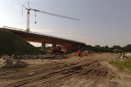 Laufen vorbei an der Brücken-Baustelle bei Mahlow