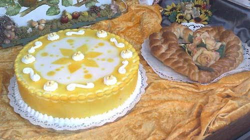 Kuchen im Schaufenster eines Bäckers
