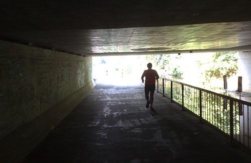 Läufer im Tunnel unter der A27