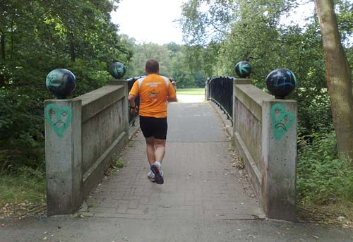 Läufer auf Brücke zum Bremer Bürgerpark