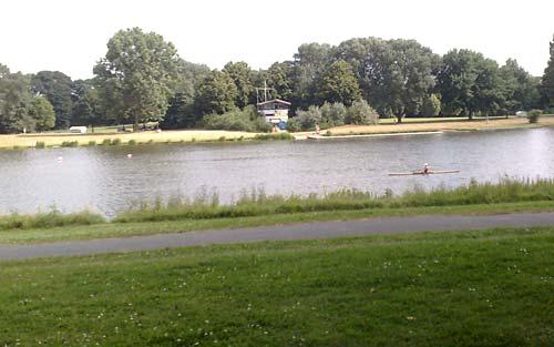 Läufer-Blick auf die DLRG-Station am Werdersee