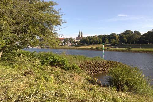 Blick über die Weser auf den Bremer Dom