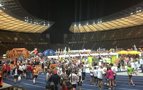 Nächtlich beleuchtetes Berliner Olympiastadion beim b2run 2013