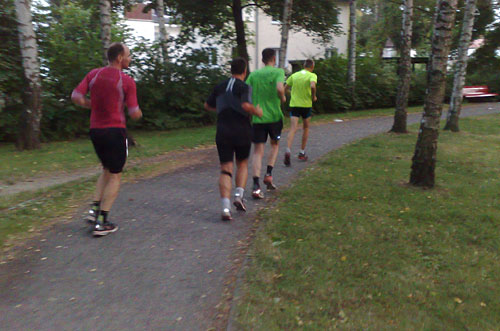 Laufgruppe auf Parkweg