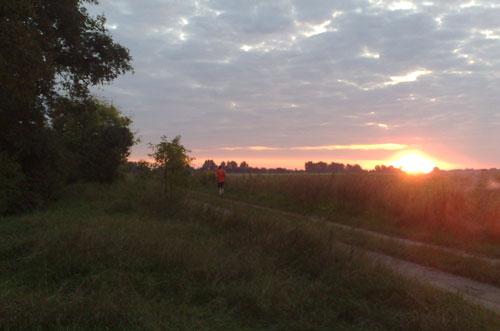 Intervall-Läufer bei Sonnenaufgang