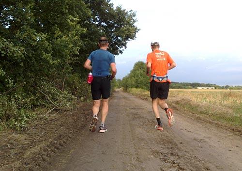 Läufer auf durch Baufahrzeuge geebneten Weg